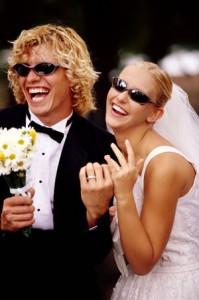 Junges Brautpaar bei der Hochzeit