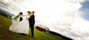 Hochzeitsfoto im Freien - Brautpaar mit Brautauto